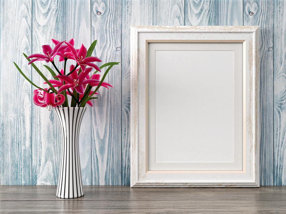 witte lijst met bloemenvaas