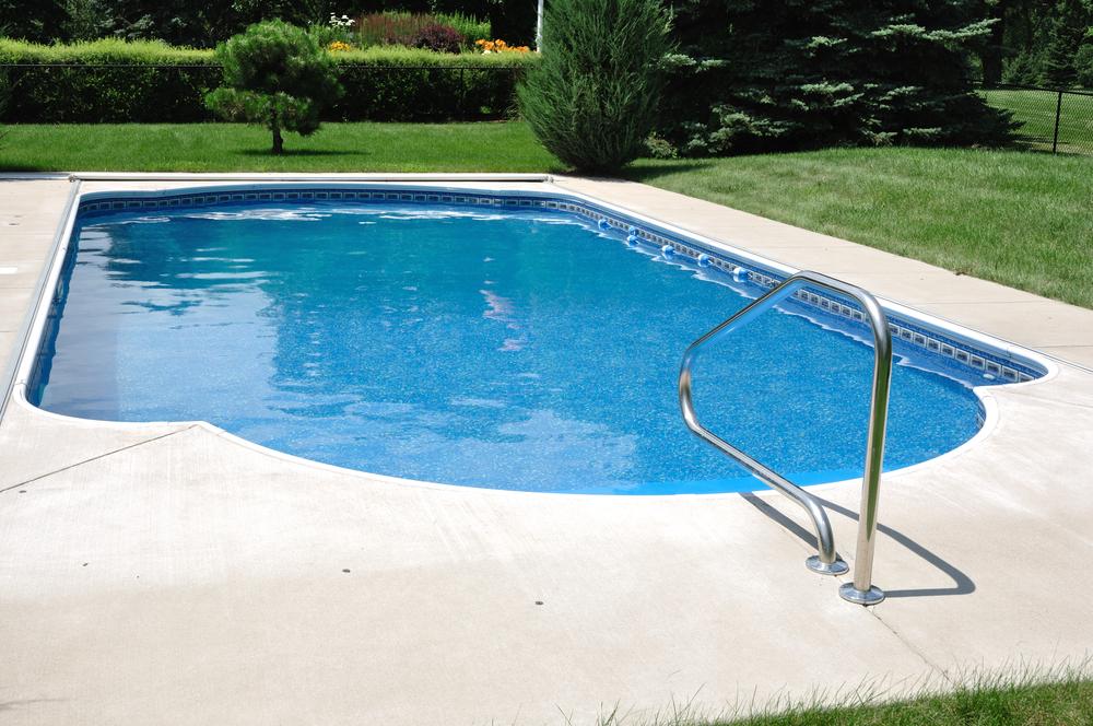 zwembad in de tuin met zwembadoverkapping