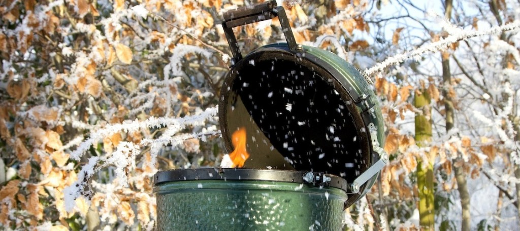 big green egg in de sneeuw
